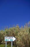 Spanisches roadsign nahe bei Schilfen und Binsen in Spanien Lizenzfreies Stockbild