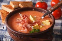 Spanisches Suppe salmorejo mit Schinken und Einahaufnahme horizontal Lizenzfreie Stockfotografie