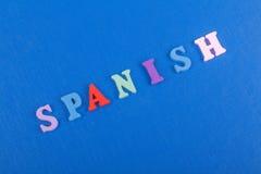 SPANISCHES Wort auf dem blauen Hintergrund verfasst von den hölzernen Buchstaben des bunten ABC-Alphabetblockes, Kopienraum für A Stockfoto
