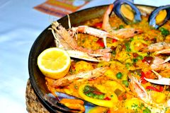 spanish seafood paella in a pan Royalty Free Stock Photos