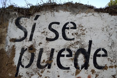 Spanish text painted on a wall: si se puede Royalty Free Stock Images