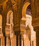 Spanje, Andalusia, Alhambra, Moorse, ingewikkelde gesneden kolommen en kapitalen, bogen royalty-vrije stock afbeelding