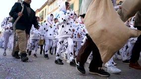 SPANJE, BARCELONA-13 APRIL 2019: Gekostumeerde kinderen op straten van feestelijke stad Art De uitrustingen van het mooie jonge g stock videobeelden