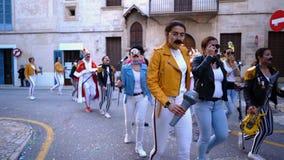 SPANJE, BARCELONA-13 APRIL 2019: Jongeren die op vakantie in moderne kostuums marcheren Art Spaanse feestelijke optocht stock foto