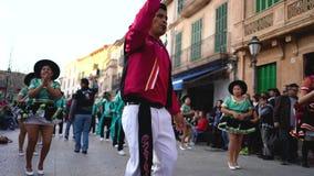 SPANJE, BARCELONA-13 APRIL 2019: Kleurrijke vakantie in kostuums op straten van Spanje Art Mooie viering met het dansen stock video