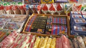 SPANJE, BARCELONA - April, 2018: Show-venster met snoepjes en olijfolie in de Boqueria-markt voorraad Winkel met snoepjes stock video