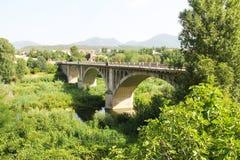 Spanje, Besalu - Juni 28, 2012 de brug die tot de middeleeuwse stad van het nationale, historische en culturele monument van Cata Stock Foto