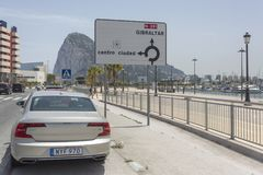 Spanje, Campamento 16 Juni de TESTdrive van Volvo van 2016 S90 en de verkeersteken van Gibraltar Royalty-vrije Stock Afbeeldingen