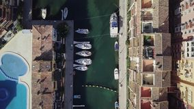 SPANJE, Haven Saplaya - Februari 2018, luchtspruit van haven, baai met jachten, stad stock video