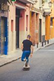SPANJE, SEVILLA, 31 Oktober 2016: jongen die een skateboard berijden op een straat Stock Foto's