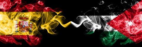 Spanje versus Jordanië, Jordanian rokerige zij aan zij geplaatste mysticusvlaggen Dik gekleurde zijdeachtige rookvlag van Spaans  stock fotografie