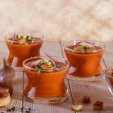 Spanjor-stil soppagazpacho som göras från tomater arkivfoton