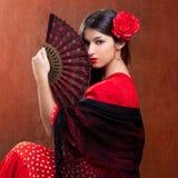 Spanjoren för gipsy för flamencodansarekvinna fläktar den röda rosa Arkivfoto