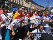 Spanjoren fläktar att ta fotoet med folk i fanzon Royaltyfria Bilder