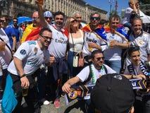 Spanjoren fläktar att ta fotoet med folk i fanzon Fotografering för Bildbyråer