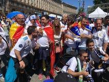 Spanjoren fläktar att ta fotoet med folk i fanzon Arkivbild