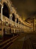 Spanjoren kvadrerar Plaza de Espana i Sevilla på natten, Spanien Det är ett gränsmärkeexempel av provinsialismarkitekturen royaltyfri bild