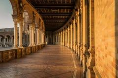 Spanjoren kvadrerar Plaza de Espana i Sevilla på solnedgången, Spanien royaltyfri bild