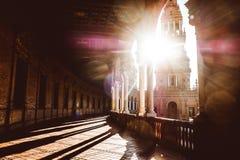 Spanjoren kvadrerar Plaza de Espana i Sevilla p? solnedg?ngen, Spanien royaltyfria bilder