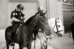 Spanjoren monterade polispatrullen Madrid Arkivbild
