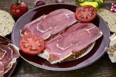 Spanjoren panorerar lurar jamon för tomate y, bröd med tomaten och serranomummel Royaltyfri Fotografi
