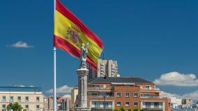 Spanjoren sjunker vågor bak statyn av Christopher Columbus timelapse, plazaen de Kolon i Madrid, Spanien stock video