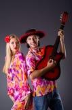 Spanjorpar som spelar gitarren Arkivbild