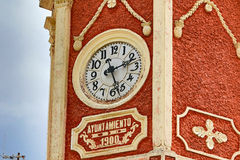 Spanjortorndetalj med klockan Arkivbilder
