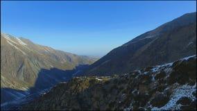 Spanne des Brummens nahe durch enormen schneebedeckten Berg am Wintermorgen stock video