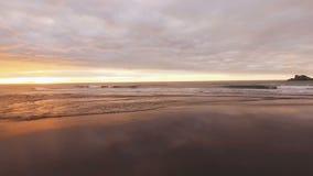 Spanne entlang den Meereswogen Reflexion der Sonne und der Wolken im Wasser Schöner Hintergrund stock footage