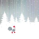 Spannen Sie, gehend auf einen verschneiten Winter den magischen Wald Lizenzfreie Stockbilder