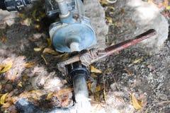 Spanner trzyma wodną drymbę, związaną nawadniać impeller fotografia stock