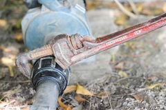 Spanner trzyma wodną drymbę, związaną nawadniać impeller fotografia royalty free