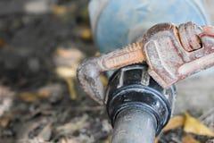 Spanner trzyma wodną drymbę, związaną nawadniać impeller obraz stock