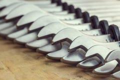 spanners Много ключей Промышленная предпосылка Установите оборудования инструмента ключа Установите ключей в различных размерах стоковое фото rf