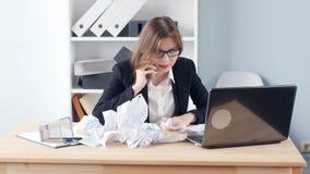 Spanning bij het werkconcept Jonge Bedrijfs boze vrouw in de bureauschreeuwen in de telefoon stock video
