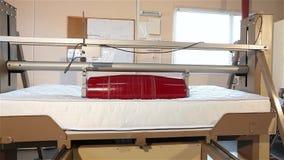 Spanningstest van matrassen, matrasproductie, matraskwaliteitscontrole, duurzaamheid het testen machine, vervaardiging van stock video