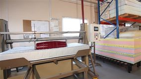 Spanningstest van matrassen, matrasproductie, matraskwaliteitscontrole, duurzaamheid het testen machine, vervaardiging van stock footage