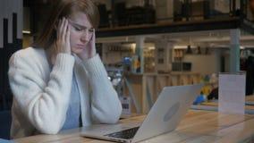 Spannung und Kopfschmerzen, frustrierter Mann mit Druck der Arbeit stock video