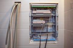 Spannungsschalttafel mit Leistungsschaltern sind in AUF und Von von Positionen im gro?en elektrischen Kasten oder elektrisch stockfoto