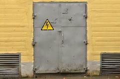 Spannungszeichen auf Metalltür Stockfotografie