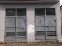 Spannungszeichen auf Metalltür Lizenzfreie Stockbilder