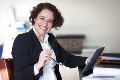 Spansk affärskvinna Smiling At kameran på kontoret royaltyfria foton