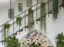 Spansk antik trappuppgång med dekoren och lövverk Arkivfoton