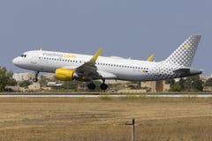 Spansk bärare Vueling A320 för low cost Fotografering för Bildbyråer
