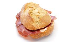 Spansk bocadillo de jamon serrano, en serranoskinksmörgås Royaltyfria Foton