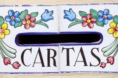 Spansk brevlåda med dekorerade blommor Fotografering för Bildbyråer