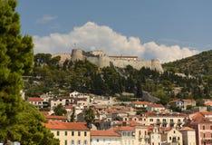 Spansk fästning i den Hvar staden på ön av Hvar, Kroatien arkivfoton