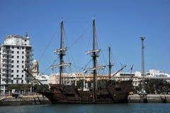 Spansk gallion i hamnstaden av den forntida staden av Cadiz royaltyfria foton