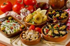 Spansk kokkonst. Blandade tapas på keramiska plattor. Arkivfoto